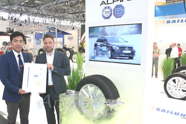 Вручення сертифікату TÜV SÜD представнику компанії Sailun